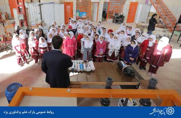 گزارش تصویری بازدید دانش آموزان دبستانه دخترانه ممتازان از کارگاه شرکت مهندسی فلات قاره مستقر در پارک علم و فناوری یزد