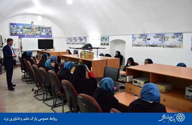 گزارش تصویری بازدید دانش آموزان دبیرستان شهید صدوقی از مرکز نوآوری پارک علم و فناوری یزد