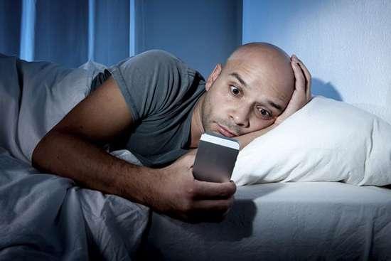 اگر گوشی را تا رختخواب میبرید، این مطلب را بخوانید