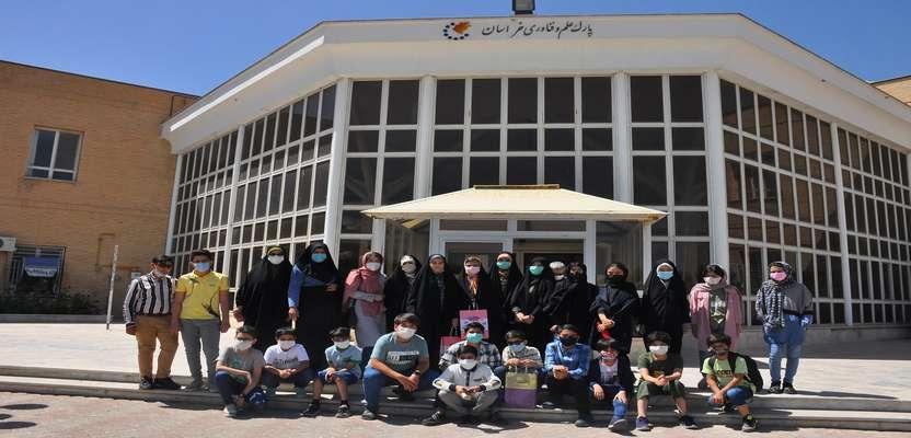 فرزندانِ دانش آموزِ کارکنان بهزیستی از پارک علم و فناوری خراسان بازدید کردند