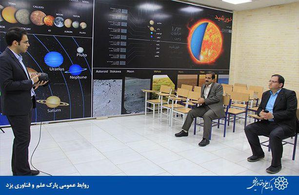 گزارش تصویری بازدید رئیس پارک علم و فناوری یزد از دستگاه واقعیت مجازی پارک علمی کودکان و نوجوانان