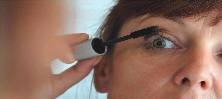 ۷ راهکار برای محافظت از چشمها در برابر وسایل آرایشی