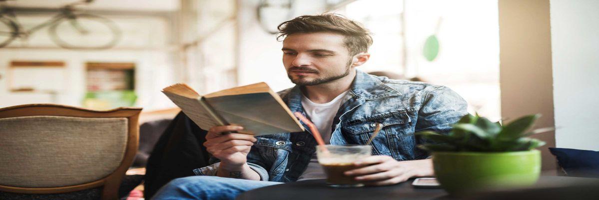 ۷ نشانه کوچکی که میگوید شما به عینک مطالعه نیاز دارید