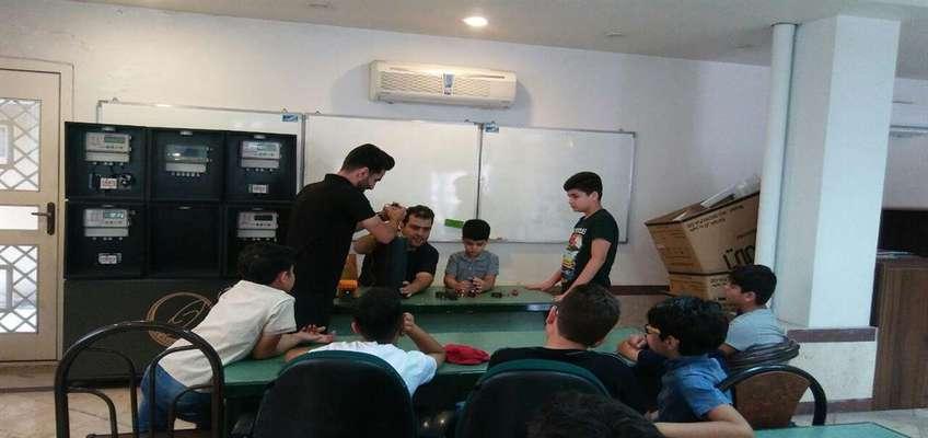 آموزش رایگان مبانی الکترونیک به دانش آموزان علاقمند حوزه های الکترونیک و رباتیک در مرکز رشد انزلی
