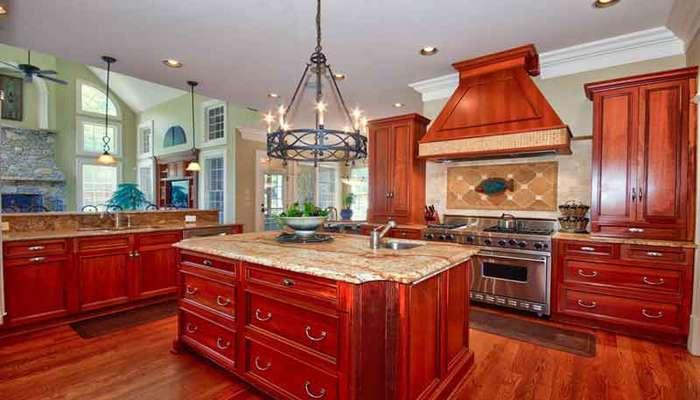 دکوراسیون آشپزخانه کلاسیک با کابینت چوبی