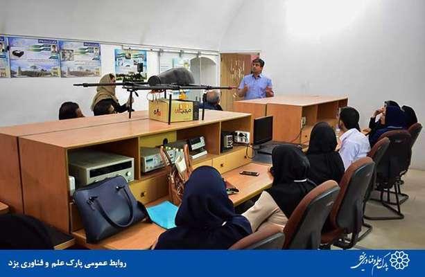 گزارش تصویری سومین بازدید جمعی از معلمین کتاب کارآفرینی و تولید، از پارک علم و فناوری یزد