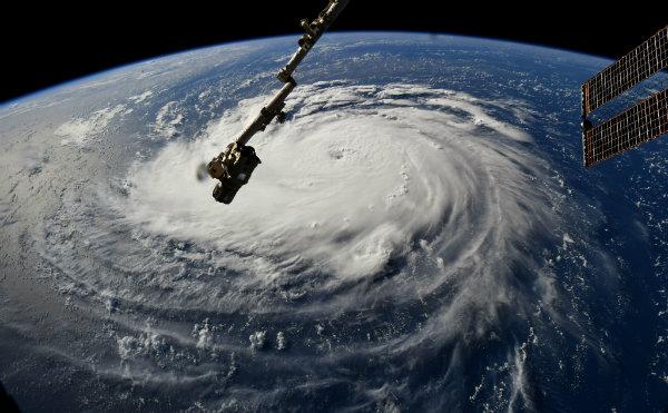 استفاده از خودروهای تسلا برای کمک به طوفان زدگان فلورنس